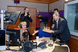 Miluška Bittnerová byla gratulací i dortem dost zaskočená.