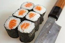 6. Sushi rolka se vždy krájí na šest stejně velkých kousků. Pokud někdo zrolky udělá kousků osm, tak to je prý špatně. A je to! Dobrou chuť!
