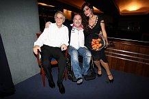 Autora muzikálu přišli pozdravit kolegové Kateřina Brožová a Josef Laufer.