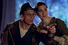 Režisér Steve Josephson a zároveň jedna z hlavních postav muzikálu Pekař a jeho manželka, Elissa Levitt, v roli Pekařovy ženy.