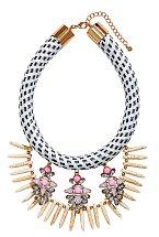 """""""Miluju jednoduchou módu, takže když už šperk, tak něco výraznějšího abych celý outfit něčím podtrhla,"""" říká Tereza. Šperk H&M, 499Kč"""