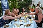 Bez opulentní večeře v řeckém stylu by to prostě nešlo!