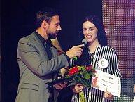 Moderátor večera zpovídá vítězku soutěže Nikolu Susovou