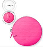 Vaše oblíbená tvářenka Cheek Pop odstín Berry Pop je nyní k dostání v praktické růžové kosmetické taštičce, která je zvýrazněna reliéfem růžové stužky, 529 Kč
