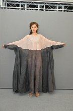 Autorka: Magdalena Urgelová: Designérka se snaží zapracovat kruh do šatů. Při výrobě šatů se nechala inspirovat povídkou Starožitné zrcadlo, která vypráví příbeh dávné lásky. Tato láska je nekonečná, stejně jako tvar prstenu.