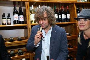 Tomáš Matonoha víno degustuje velmi rád. Manželka Lucie Benešová s nadšením asistuje.