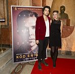 Emma Smetana s přítelem Jordanem Hajem na premiéře filmu Kód Enigmy