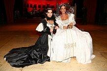 V rámci přehlídky dobových kostýmů z Shakespearovské éry se představily i Marta Ondráčková a Gábina Partyšová.