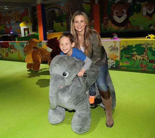 Monika Marešová (se synem Matějem) obsadila slona, protože nosí štěstí, a toho se vždycky hodí mít víc