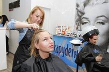 O vlasy Martiny Pártlové i Báry Zemanové bylo v salonu skvěle postaráno.