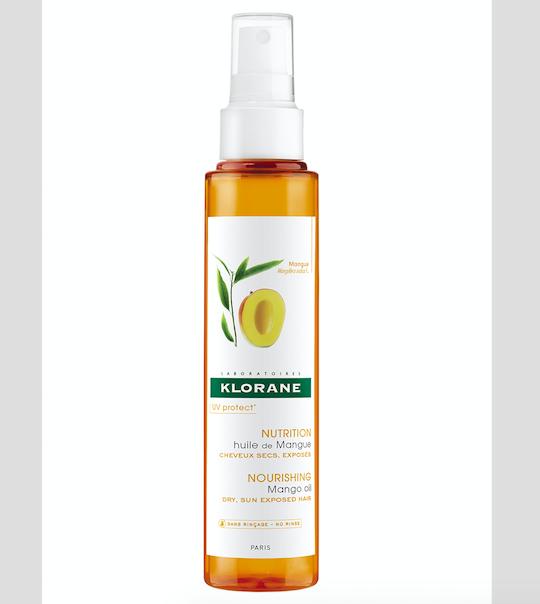 Mangový olej chrání před sluncem, solí, větrem, chlórem. Nemusí se oplachovat a nádherně voní, Klorane, cena 345 Kč.