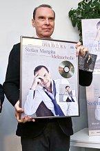Známý operní pěvec byl na platinovou desku náležitě pyšný.