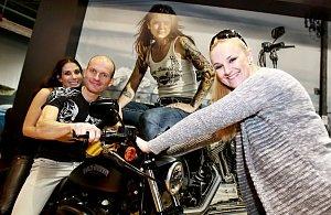 Hlavním bodem zahájení bylo odhalení motorky Karla Abrahama pro letošní sezonu. O motorku se celebrity málem popraly.