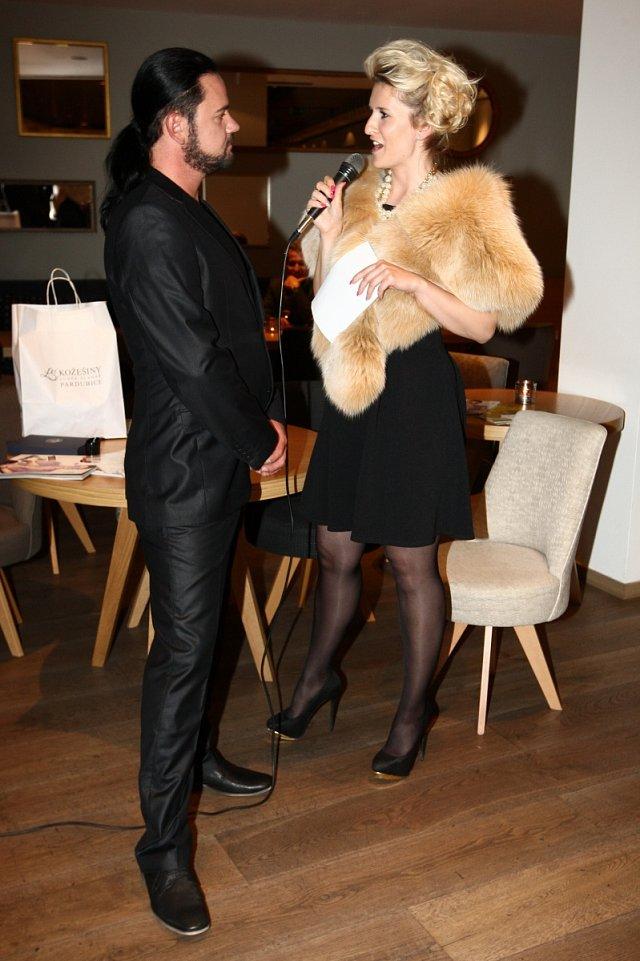 Hrdý návrhář při rozhovoru s moderátorkou večera Lenkou Špillarovou.