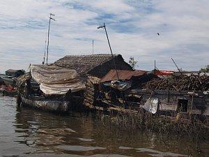 Nedaleko Siem Reapu na jezeře Tonle Sap žijí Kambodžané vplovoucích domcích… Pro turisty je to atrakce, pro ně nouzové řešení. Dokonce i škola či obchod plave. O hygieně je lepší raději nepřemýšlet.
