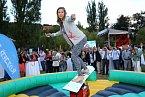 Eva Samková se držela dlouho, ale po chvíli jí snowboardový býk shodil k zemi.