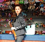 Modelka se rozhodla vystřelit si na střelnici růži.