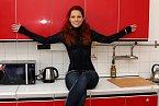 Že má Míša ráda červenou barvu je v novém bytě znát na každém kroku.