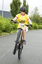 Andrea Kabická staví kolo na zadní.
