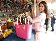 Ke krásné modelce patří luxusní taška.