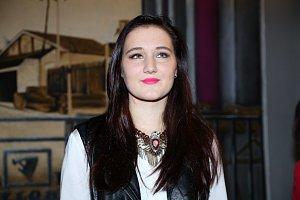 Alice Bonde skládá texty v angličtině i v češtině.