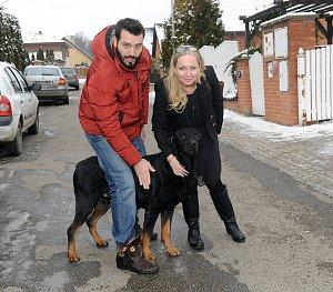 Zpěvačku přivítal nejen Vašek Noid Bárta, ale i jeho pes Arnold.