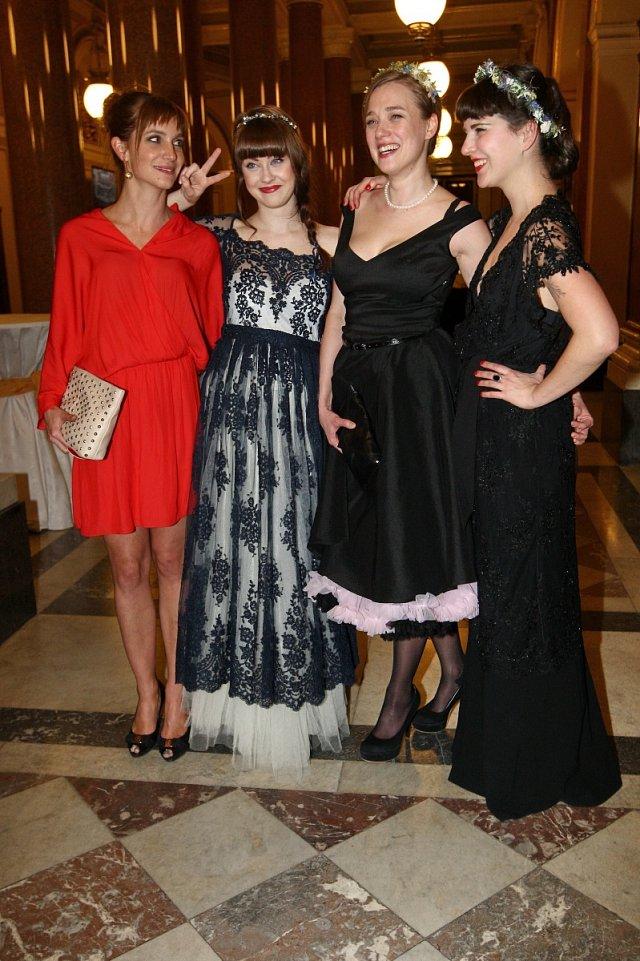 Sestry Jenovéfa a Kristýna Bokovy (uprostřed) umí skvěle tančit, což taky názorně ukázaly.
