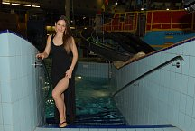 Herečka Veronika Kubařová si namočila nožky, ale plavky nechala doma