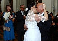 První manželský polibek byl pořádně vášnivý.