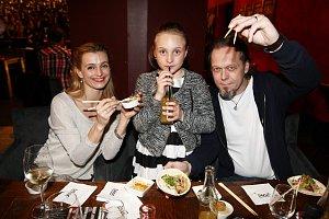 Spokojená rodinka - Ivana Jirešová, její dcera Sofie a partner Viktor Dyk