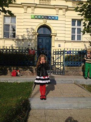Dcera před školou