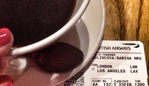 Každá daleká cesta začíná na letišti. U kávičky a s letenkou.