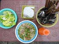 Nudlová polévka se salátem z pouliční restaurace
