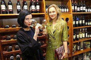 Zuzana Šulajová (vlevo) a Vlastina Svátková na degustaci kosovských vín