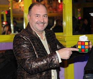 Na párty nemohl chybět Michal David, který je českou ikonou 80. let. A nechyběl ani dobový fenomén - Rubikova kostka.