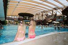Děvčata vědí, jak se na bazénu sedá...