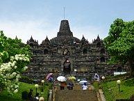 Buddhistický chrám Borobudur na převážně islámské Jávě