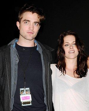 Takto to Robertovi slušelo s kolegyní Kristen Stewart v roce 2011. Rozešli se loni po třech letech.