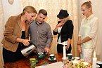 Herečky se pod vedením čajového sommeliéra Jiřího Richtera naučily, jak čaj správně připravit a vychutnat.