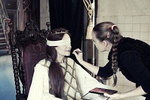 """Zpěvačka """"vyfasovala"""" i pořádně dlouhé vlasy."""
