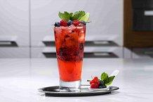 Stačí přidat trochu ledu, čerstvé ovoce a máte parádní drink!
