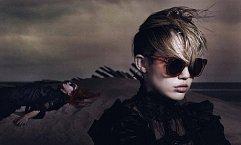 Na fotografiích ke kampani působí Miley jako někdo zcela jiný