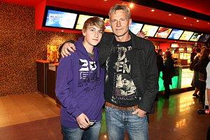 Martin Maxa i jeho syn Ivoš si před filmem vyzkoušeli trenažér stavu beztíže