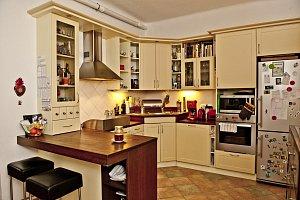 Kuchyň je srdcem domova. Monika vsadila na krémovou barvu, která v kombinaci se dřevem vytváří tu pravou útulnou atmosféru domova.