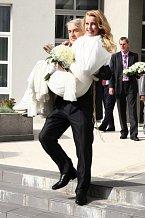 Iveta krásně zhubla, a tak není divu, že ji její manžel nosil na rukou.