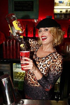 Namíchat kvalitní drink se rozhodně neostýchala půvabná česká herečka, přezdívaná česká Marilyn, Miluška Bittnerová.
