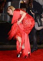 Jena Malone měla na nedávné premiéře v Londýně velké trable s třásněmi