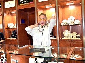 Simona Krainová pomáhala zákazníkům s výběrem vhodných šperků.