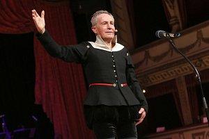 Jan Tříska zahájil Ples v opeře Brno 2014 přednesem Shakespearova 18. sonetu.