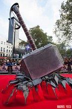 Červenému koberci v Londýně dominovalo Thorovo kladivo
